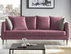 Elegantní 3-místná pohovka na kovové podnoži působí v interieru vzdušně a příjemný komfort sezení doplňují velké opěrné polštáře